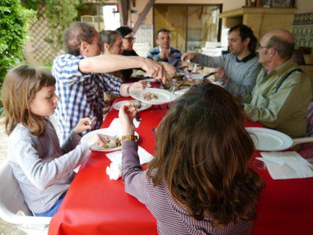Un déjeuner en famille dans le jardin