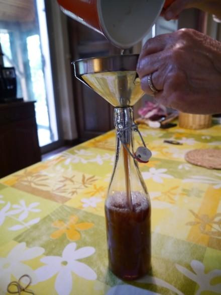 荒めのこし器を通したら、瓶詰め。密閉式の瓶で冷蔵保存してください。2ヶ月ほど持ちます。